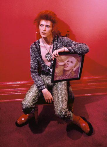 bowie-chez-lui-a-haddon-hall-avec-la-pochette-de-hunky-dory-mick-rock-1972