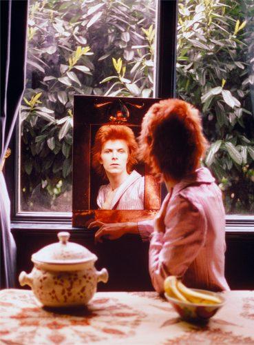 bowie-dans-un-miroir-chez-lui-a-haddon-hall-londres-mick-rock-1972