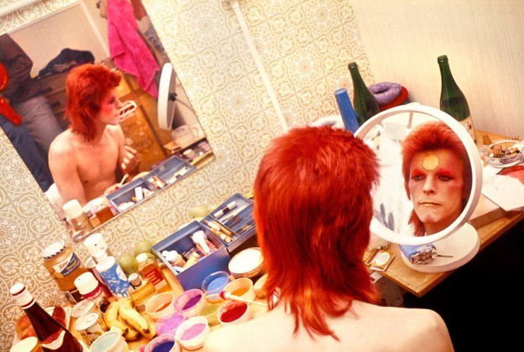 bowie-se-maquillant-avant-un-concert-en-ecosse-mick-rock-1973
