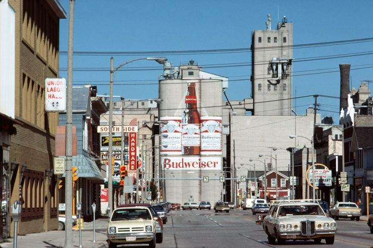 Malterie-Budweiser-et-centre-ville-de-Manitowoc,-Wisconsin,-juillet-1977--®-Chester-H.-Liebs