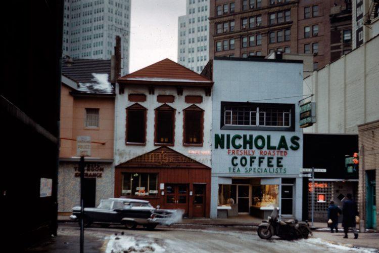 Market-Square,-quartier-dÔÇÖaffaires,-Pittsburgh,-mars-1960--®-Allan-B.-Jacobs