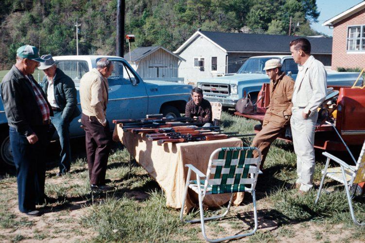 Vente-de-fusil,-Kentucky,-1973--®-J.-B.-Jackson