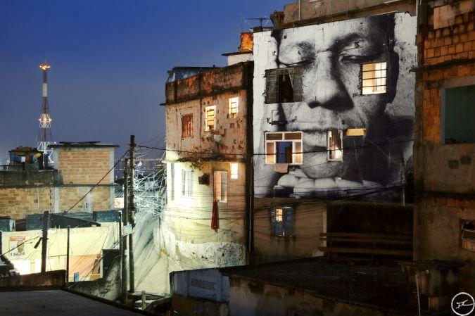 28_millimetres_-_women_are_heroes_action_dans_la_favela_morro_da_providencia_maria_de_fatima_night_view_rio_de_janeiro_bresil_2008_0