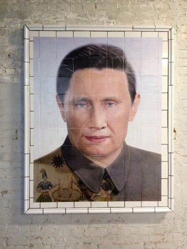 Installation-Surveiller-et-punir--Hybride3-Douais-2015-commissaire-Paul-Ardenne-portrait-robot-dicateur-paillasse-en-céramique-145x110--affiche-couleur-collée