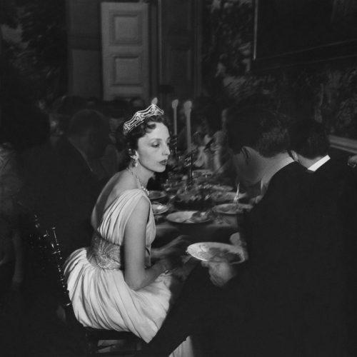 La-comtesse-de-Bourbon-Busset--robe-de-Lanvin-Castillo--au-Chateau-de-Groussay,-chez-Monsieur-de-Besteigui_mai-1957-©-Atelier-Robert-Doisneau