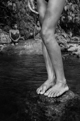 02-HD-Pierre-de-Vallombreuse-Peuple-Palawan.-Jeux-denfants-dans-le-torent.-2014presse-2-600x900