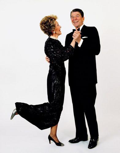 Président-et-Mme-Ronald-Reagan-danse,-la-Maison-Blanche,-1985.