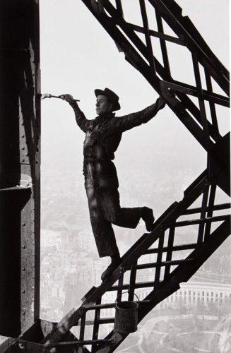 marc-riboud-painter-of-the-eiffel-tower-paris-photographs-zoom_550_835