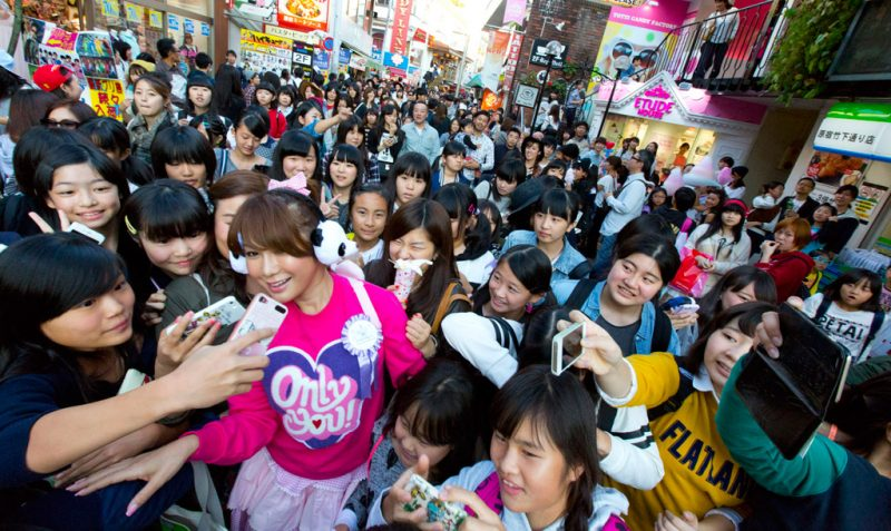 Ai-Haruna-in-Harajuku-surrounded-by-fans