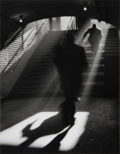 Sortie-de-metro,-Paris,-1955-∏-Sabine-Weiss_Collections-Musee-de-l'Elysee