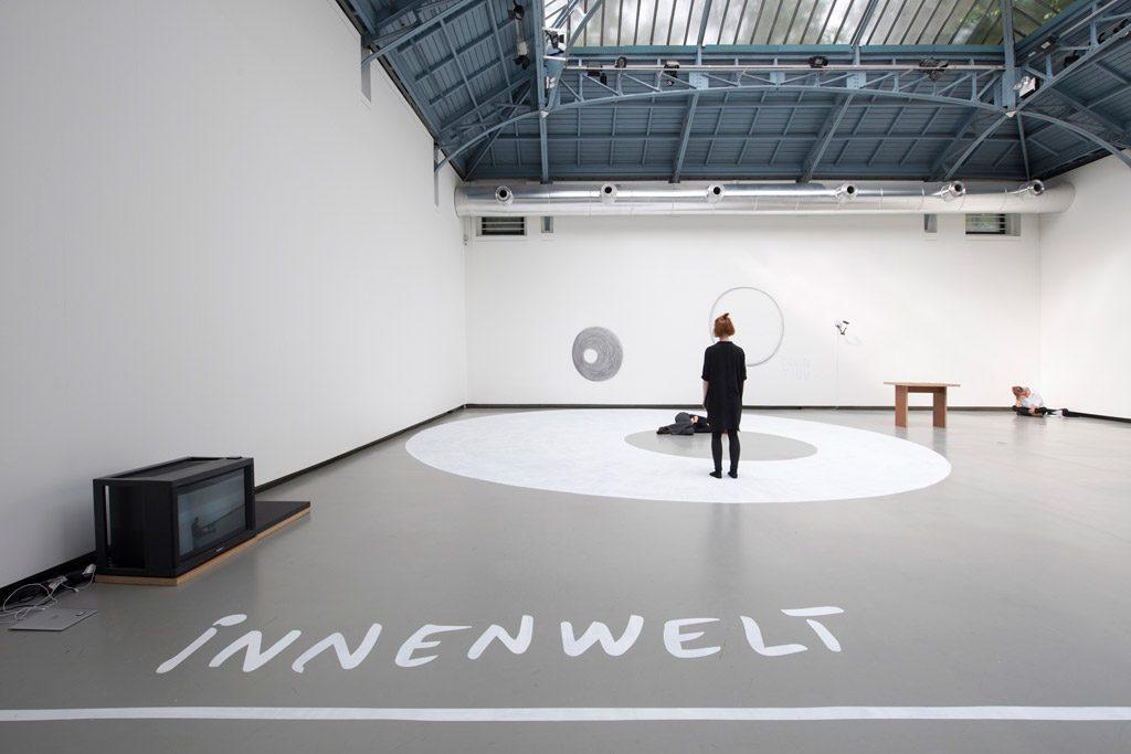 «Somewhere, Two Planets Have Been Colliding for Thousands of Years», Dora Garcia à la Verrière Hermès, Bruxelles