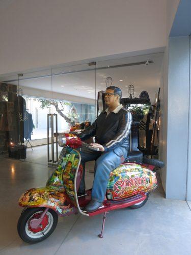 19a.-Entre-le-restaurant-et-la-librairie-boutique,-la-Vespa-de-Navin-Rawanchaikul-(2010)