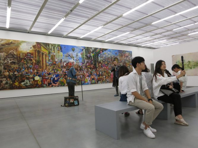 5.-Navin-Rawanchaikul.-'Super(M)art-Survivor'-(2004-2015),-acrylique-et-sculptures-polychromes-de-deux-personnages,-à-gauche-Navin-Rawanchaikul-en-vieil-homme,-à-droite-le-maître-d'œuvre