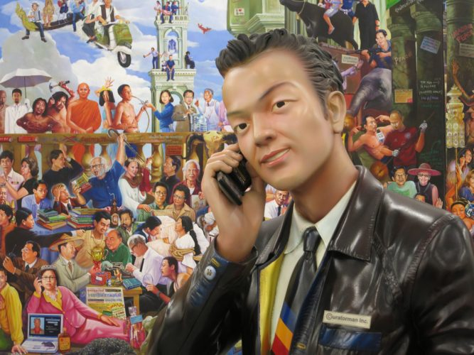 6.-Navin-Rawanchaikul.-Navin-Rawanchaikul.-Devant-sa-fresque-'Super(M)art-Survivor',-au-téléphone,-le-curator-man