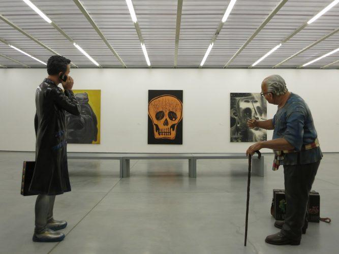 7.-Face-à-l'installation-de-Navin-Rawanchaikul,-'Death-is-Dhamma'-(2009)-de-Kamin-Lertchaiprasert