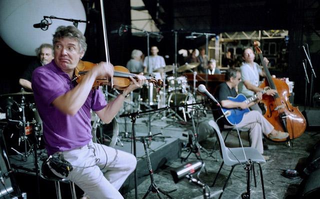 DIDIER-LOCKWOOD--A-JAZZ-IN-MARCI-AC-2004--AVEC-DES-TRES-JEUNES-MUSICIENS-AVANT-UN-CONCERT---ARGENTIQUE--(C)-Jacques-Revon00000