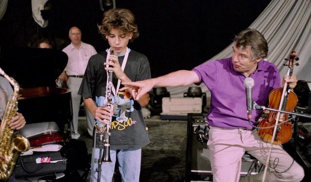 DIDIER-LOCKWOOD--A-JAZZ-IN-MARCI-AC-2004--AVEC-DES-TRES-JEUNES-MUSICIENS-AVANT-UN-CONCERT---ARGENTIQUE--(C)-Jacques-Revon00001