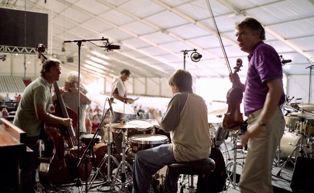 DIDIER-LOCKWOOD--A-JAZZ-IN-MARCI-AC-2004--AVEC-DES-TRES-JEUNES-MUSICIENS-AVANT-UN-CONCERT---ARGENTIQUE--(C)-Jacques-Revon00002
