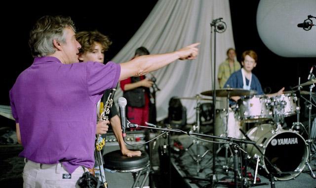 DIDIER-LOCKWOOD--A-JAZZ-IN-MARCI-AC-2004--AVEC-DES-TRES-JEUNES-MUSICIENS-AVANT-UN-CONCERT---ARGENTIQUE--(C)-Jacques-Revon00003