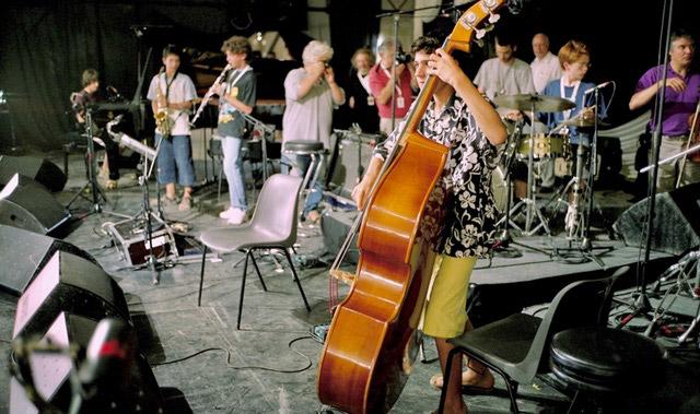 DIDIER-LOCKWOOD--A-JAZZ-IN-MARCI-AC-2004--AVEC-DES-TRES-JEUNES-MUSICIENS-AVANT-UN-CONCERT---ARGENTIQUE--(C)-Jacques-Revon00004