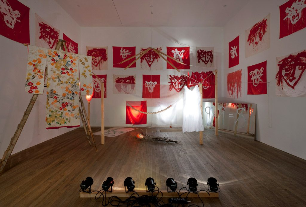 Joan Jonas instaure un courant hypnotique dans toute la Tate Modern, évènement !