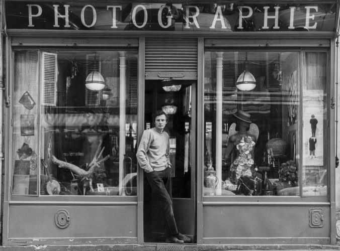 ©-Jean-François-Bauret,-devant-le-magasin-de-la-rue-des-Batignolles,-c.1970