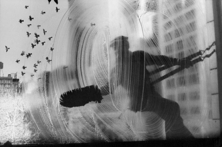 Harold-Feinstein_Window_Washer_1974_Courtesy-Galerie-Thierry-Bigaignon-(1)