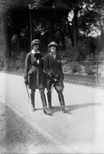 Albert-Harlingue-Jeunes-femmes-en-costumes-de-cheval