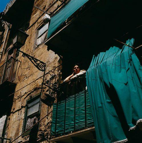Jeune-Femme-à-son-balcon,-Palerme,-Sicile,-2002©-Didier-Ben-Loulou