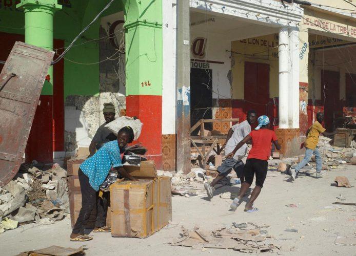 ©-Luc-Delahaye_Les-Pillards_Port-au-Prince,-Haiti,-17-janvier-2011