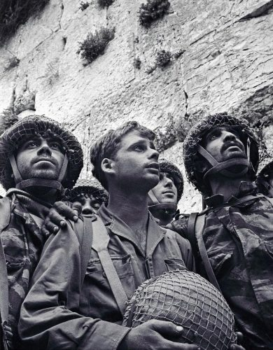 3-Paratroopers-in-front-of-the-Wester-Wall---June-1967----David-Rubinger-Galerie-Gadcollection