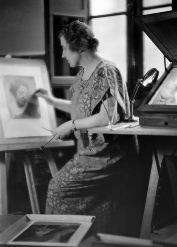 Laure-Albin-Guillot-dans-son-atelier
