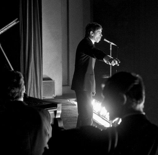 1966-5-AVRIL-JACQUES-BREL-SUR-LA-SCENE-DU-PALAIS--DE-FËTES-DE-ROANNE-©-photo-Jacques-Revon00008