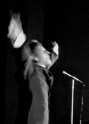1966-5-AVRIL-JACQUES-BREL-SUR-LA-SCENE-DU-PALAIS--DE-FËTES-DE-ROANNE-©-photo-Jacques-Revon00009