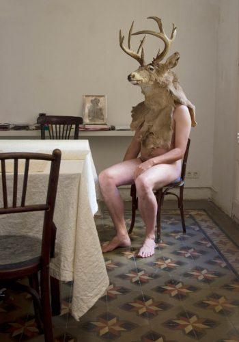 Jana-Sterbak,-Actaeon-at-Home,-2005-2011,-Farbfotografie,-39,5-x-27,5-cm,-Courtesy-Jana-Sterbak-und-Galerie-Barbara-Gross,-(c)-Jana-Sterbak