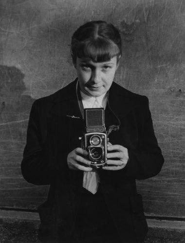 Sabine-Weiss,-Autoportrait-paru-dans-US-Camera,-1953-©-Sabine-Weiss