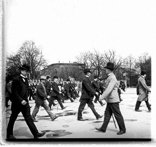 serguei-chelnokov-en-marche-fanfare-militaire-allemande-a-la-parade-1914