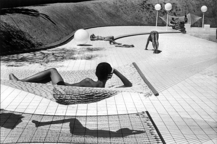 Piscine-conçue-par-Alain-Capeillères,-Le-Brusc,-été-1976-©-Martine-Franck--Magnum-Photos