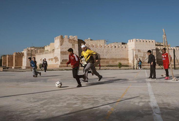 FOOTJoseph-Ouechen,-Grand-père-jouant-au-foot-avec-des-enfants,-Taroudant,-Maroc,-2018