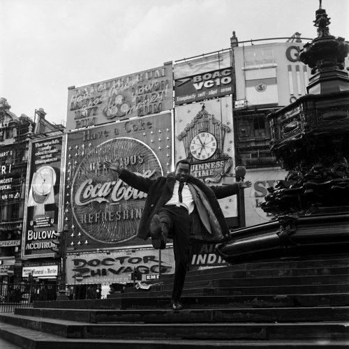 Mike-Eghan-à-Picadilly-Circus,-Londres,-1967-©-James-Barnor-l-Galerie-Clémentine-de-la-Ferronière