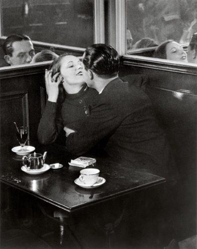 couple_d_amoureux_dans_un_petit_cafe_quartier_italie_c1932_c_estate_brassai_succession_paris_W1269_H1600_H1600_Q85