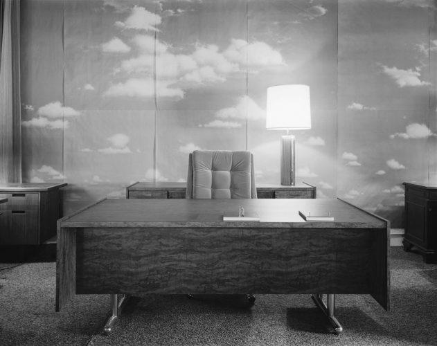 7--LC---Corporate-Office,-1986,-épreuve-à-la-gélatine-argentique,-111-x-129-cm-,-courtesy-de-l'artiste-et-Galerie-In-Situ---fabienne-leclerc,-Paris
