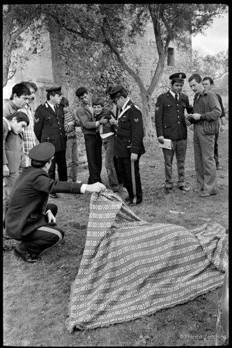 Le-fils-de-Salvatore-Rivello-reg-arde-pour-la-dernière-fois-le-corps-de-son-père-tué,-Isola-delle-Femmine,-Palerme,-1989-(1)