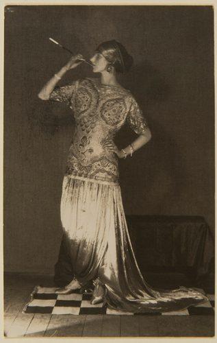 Man-Ray,-Peggy-Guggenheim-dans-une-robe-Poiret,-1924-Tirage-original---Collection-Lucien-Treillard