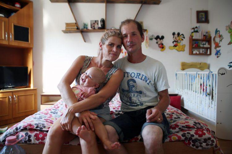 Mihai-Gabriel,-sa-femme-Andrea-et-leur-fille-Anna-chez-eux-en-2019