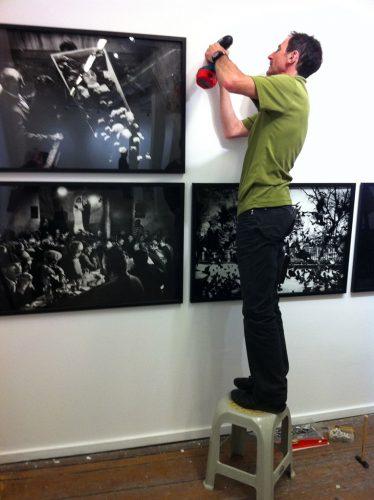 Patrick-Bouteloup-(Circad)-accroche-'Les-Yeux-Brûlants'-au-Centre-Depo-d'Istanbul-le-24-avril-2011