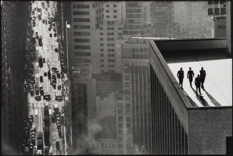 Rene-Burri_Quatre-hommes-sur-le-toit_Sao-Paulo_1960-(C)-Rene-Burri_Magnum-Photos_Fondation-Rene-Burri_Musee-Elysee