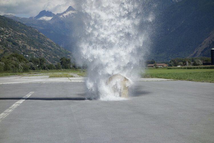 Roman-Signer_Unter-dem-Wasserfall-II_2013_SIGNE17127