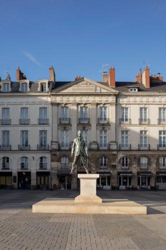 VAN-Philippe-Ramette,-Eloge-du-pas--de-côté,-Place-du-Bouffay,-Nantes---Le-Voyage-à-Nantes-2018-©-Philippe-Piron-_-LVAN---ADAGP,-Paris-2019