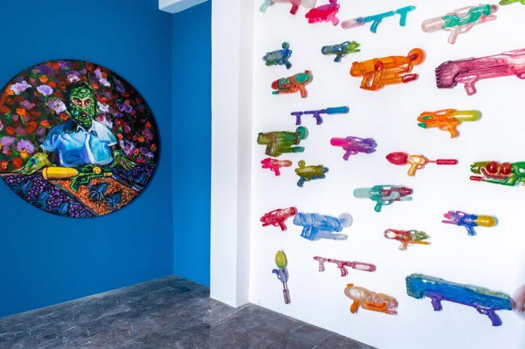Wet-Flowers,-tondo-1m60,-acrylique-sur-t-oile,-Funny-Spash,-installation-de-30-pièces-en-résine,-2019,-Vertiges-de-l'amour,-Casablanca,-Maroc-©-Fouad-Maazouz